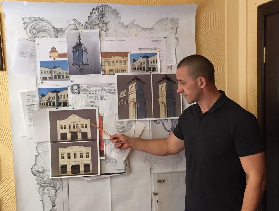 Іван Волошин демонструє проект відновлення «Корони»
