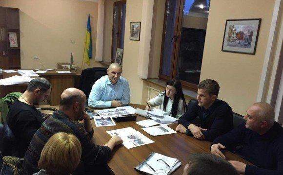 Іван Волошин спільно з громадськими активістами, дизайнерами, представниками рекламних фірм обговорюють проблеми зовнішньої реклами та способи їх вирішення