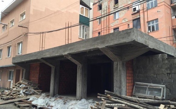 Приватне будівництво на території дитячої лікарні