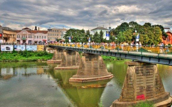 Пішохідний міст в Ужгороді