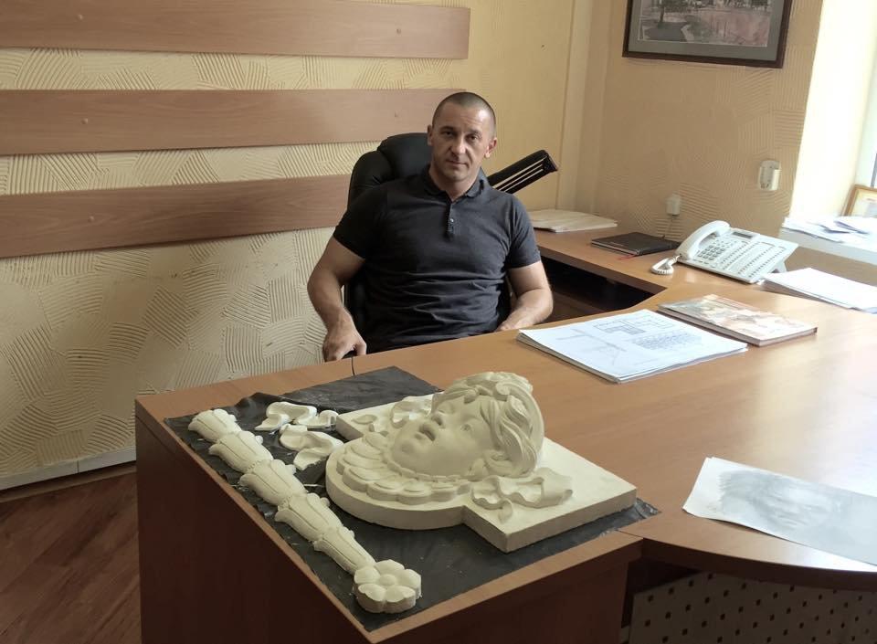 Іван Волошин з маскароном для фасаду «Корони»