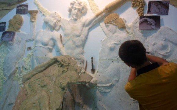 """Скульптори реставрують сцену """"Вакханалія"""" для фасаду """"Корони"""""""